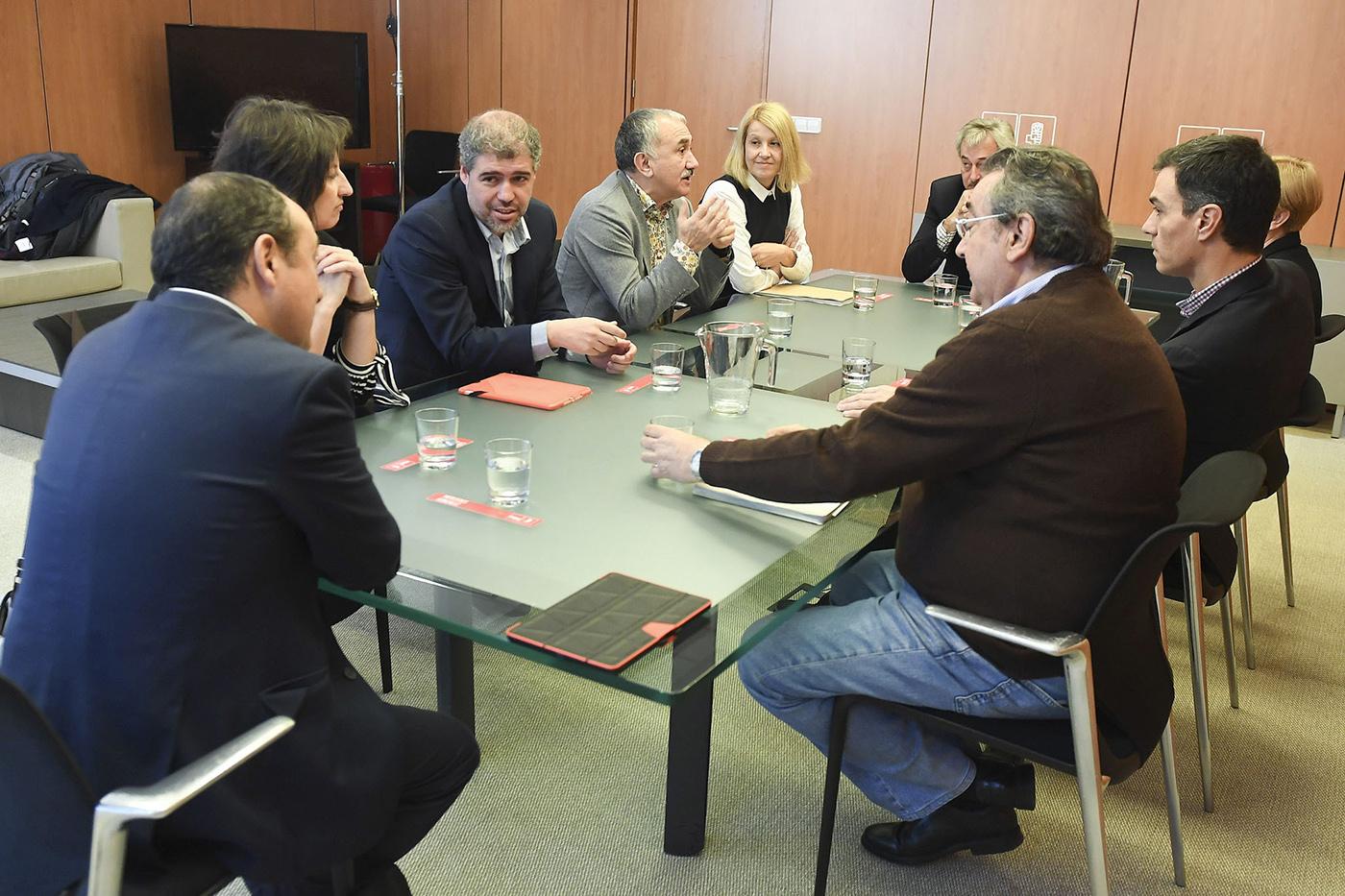 El PSOE traslada a UGT y CCOO que valora el acuerdo alcanzado ayer sobre el SMI, pero subraya que serán más ambiciosos cuando lleguen al Gobierno